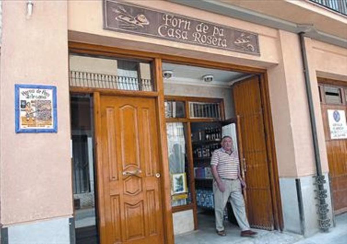 Letreros bilingües 8 La popular panadería de Alcampell tiene su rótulo principal en catalán.
