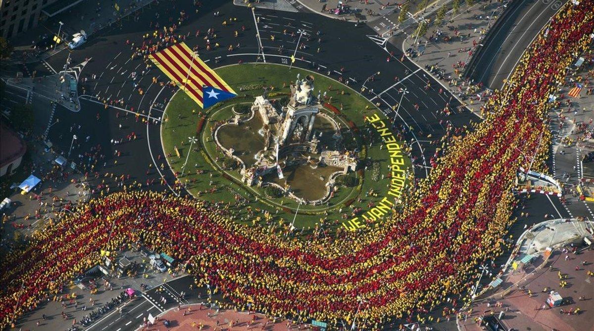 Manifestación de la Diada, a su paso por la plaza de Espanya, el 11 de septiembre del 2014.