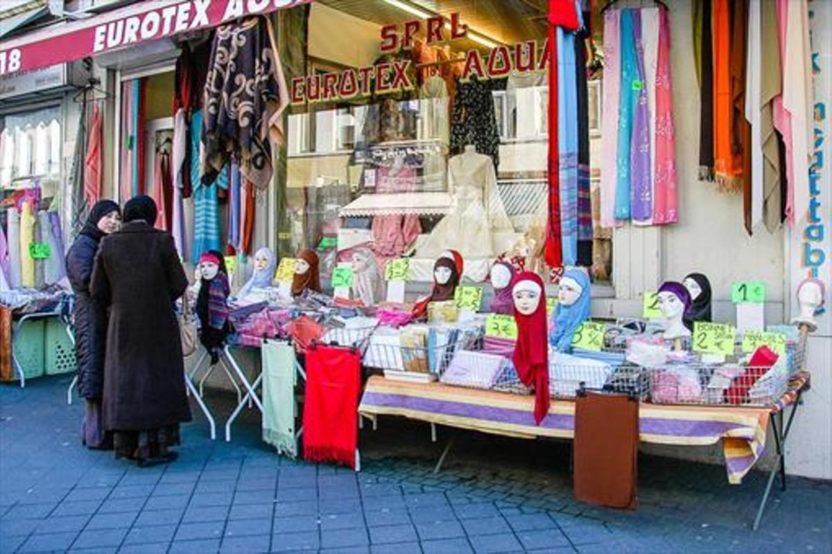 Tienda de pañuelos musulmanes en la Rue de Brabant, en Bruselas.
