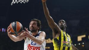 Sergi Llull, del Real Madrid, entra a canasta antte Ekpe Udoh, del Fenerbahçe.