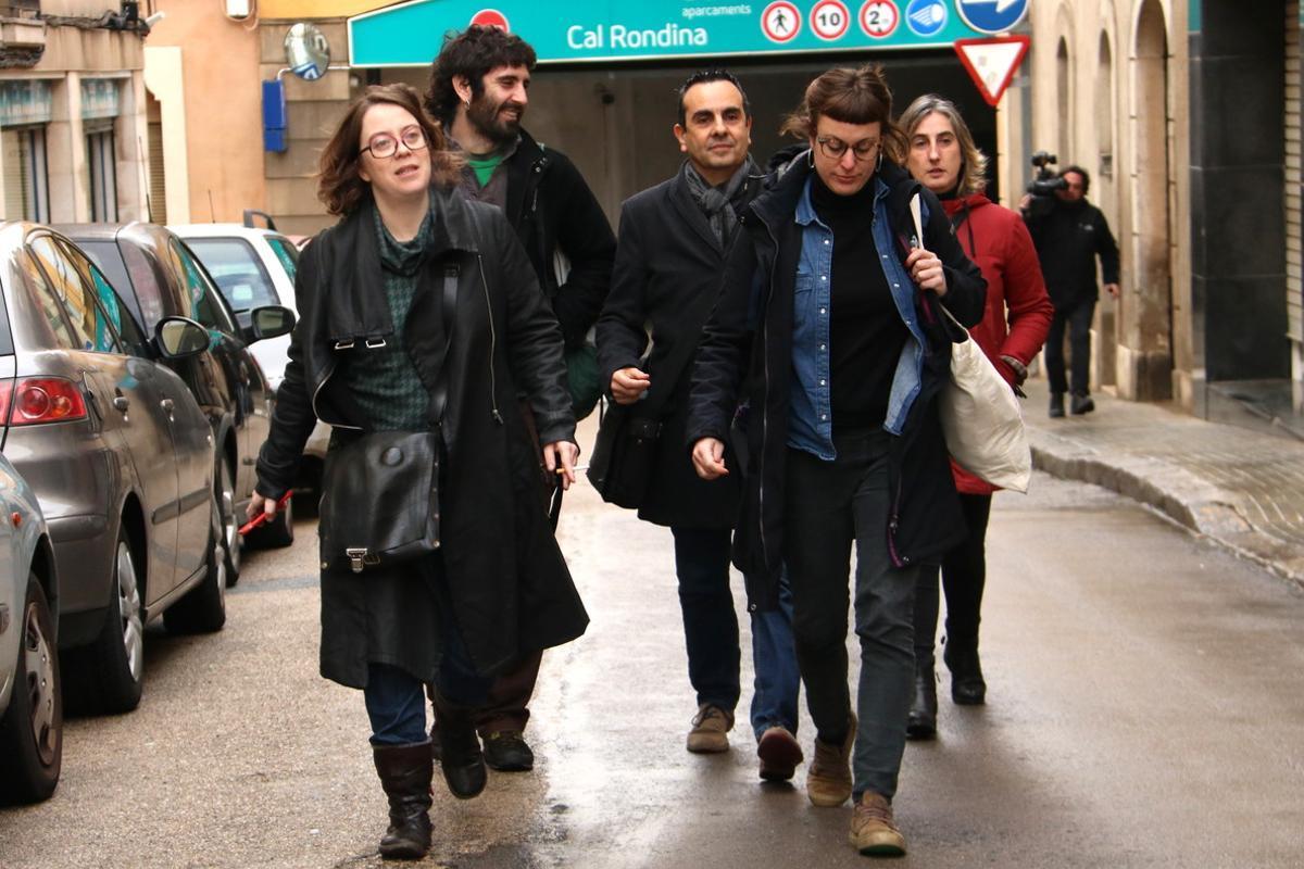 Las diputadas Eulàlia Reguant y Mireia Vehí, a su llegada al Consejo Político de la CUP, este sábado en Vilafranca.