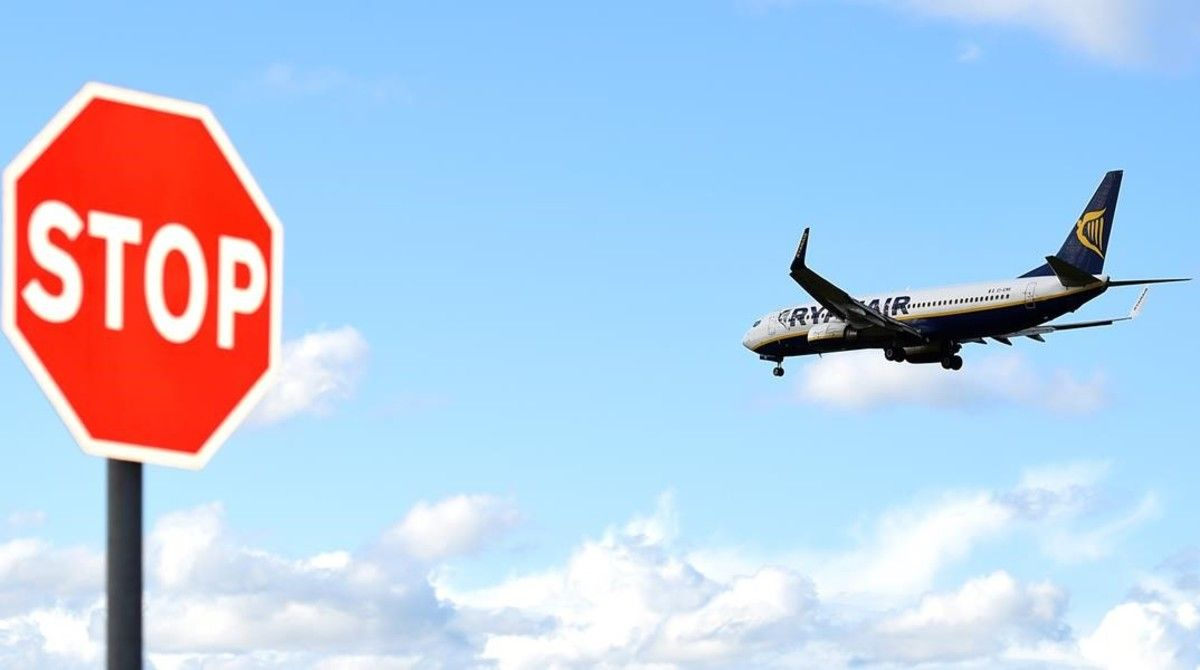 Un avión de Ryanair se prepara para aterrizar en Dublín, Irlanda.
