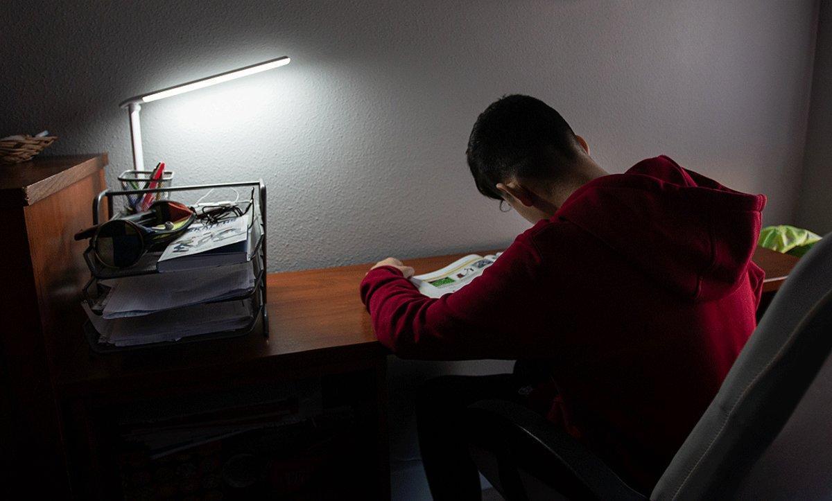 Un niño estudia en su hogar durante el confinamiento, el pasado 16 de abril.
