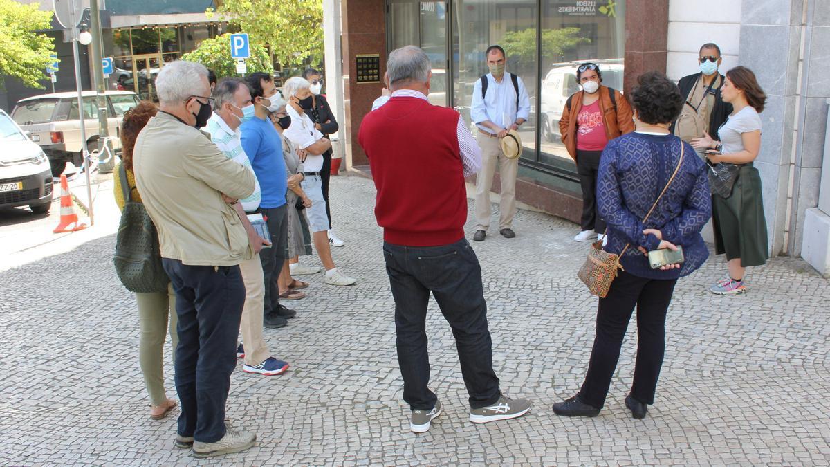 La presidenta de Transparencia e Integridad, Susana Coroado, da explicaciones a los asistentes frente al antiguo apartamento del exprimer ministro José Sócrates, en Lisboa.