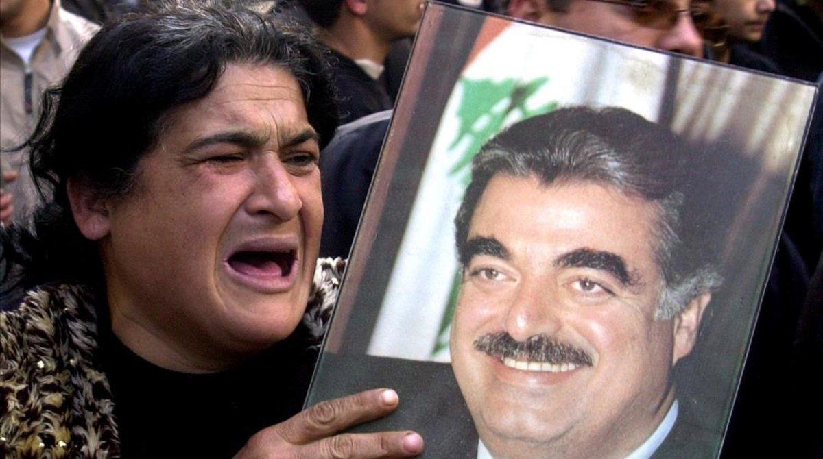 Una mujer llora por el asesinato de Rafik al-Hariri, en febrero del 2005 en Beirut.