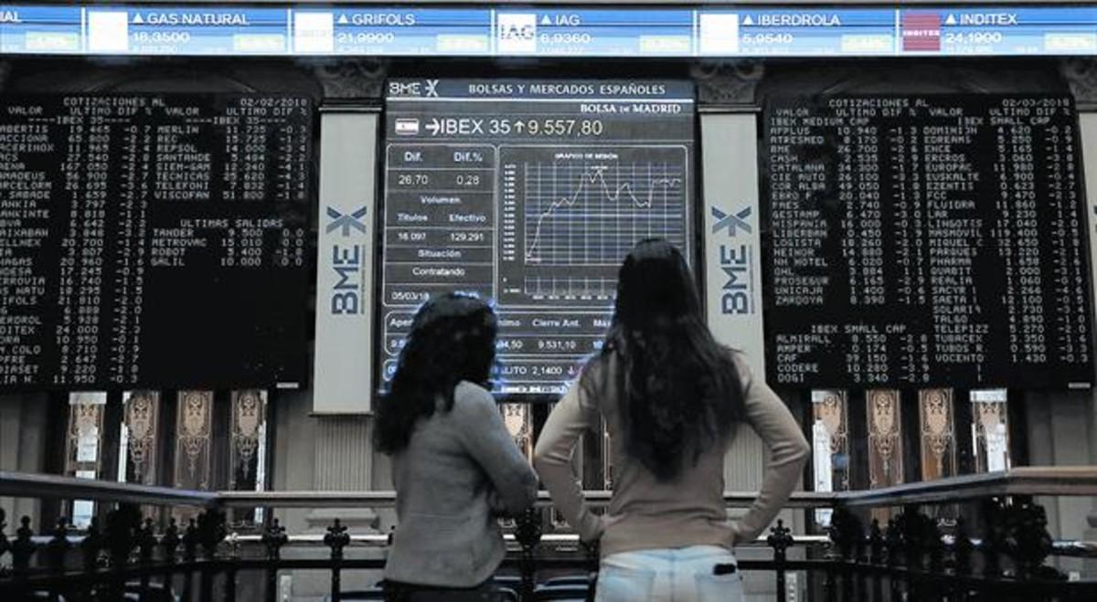 Interior de la Bolsa de Madrid, con la información sobre la evolución del Ibex 35, el pasado 5 de marzo.