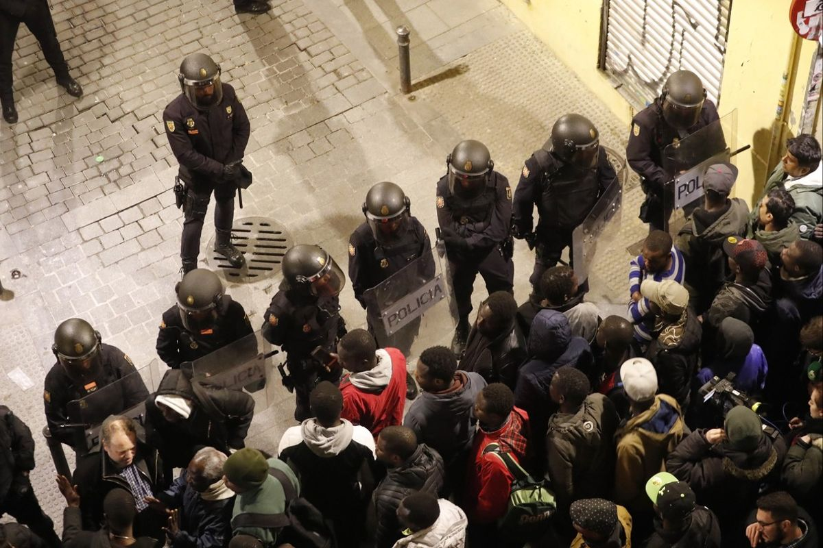Disturbios en Lavapiés tras la muerte de un mantero