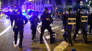 Mossos durante las protestas contra la detención de Pablo Hasél, el sábado 21 de febrero en Barcelona.