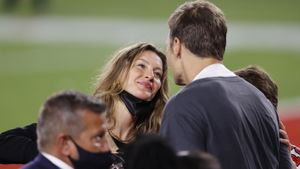 Gisèle Bündchen mira con embeleso a Tom Brady al final del partido.