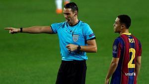 El colegiado suizo Sandro Schärer senala el punto de penalti contra del FC Barcelona en el partido ante el Ferencváros de la Champions League el pasado miércoles.