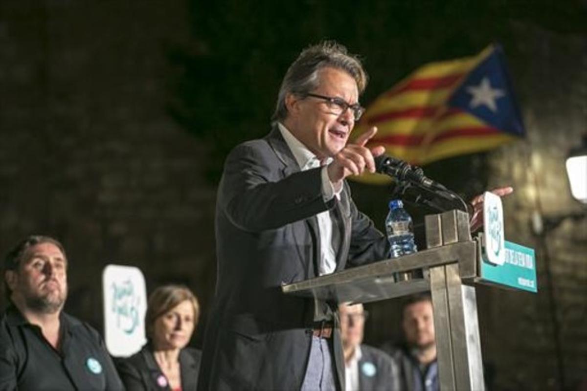 Mas pronuncia su discurso en el mitin de Junts pel Sí, en presencia de Junqueras y Forcadell, ayer en Sabadell.