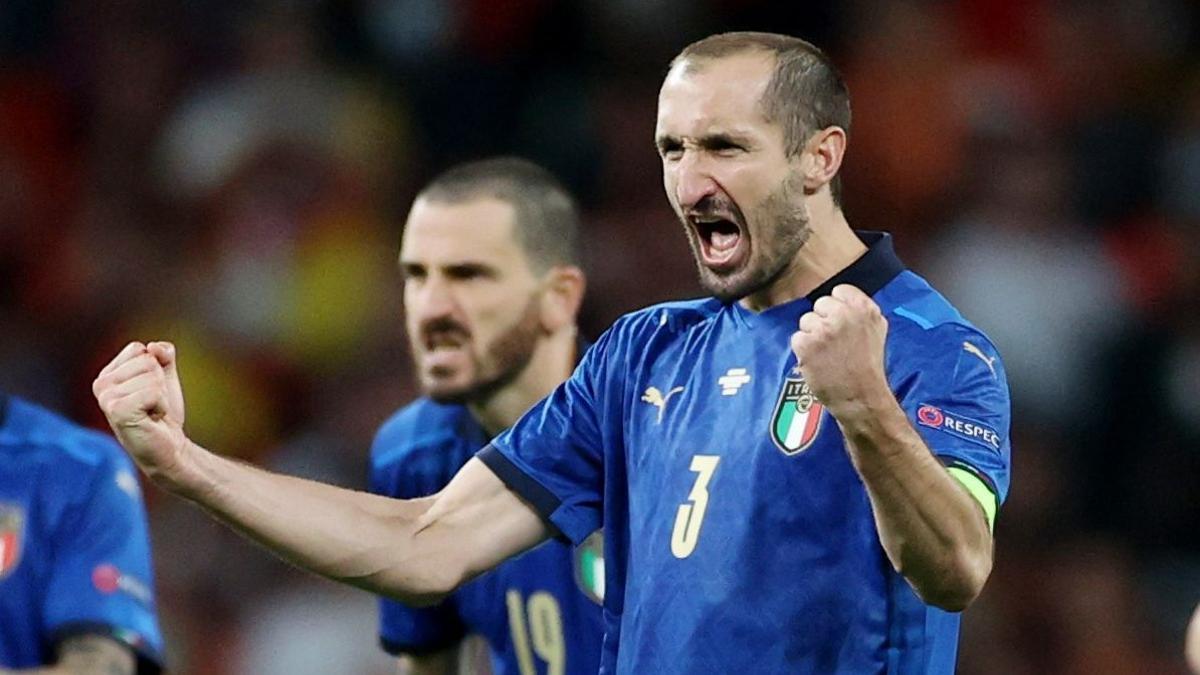 Chiellini celebra ante Bonucci uno de los goles de la tanda de penaltis contra España.