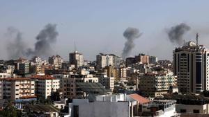 Columnas de humo causadas por proyectiles israelís sobre Gaza.