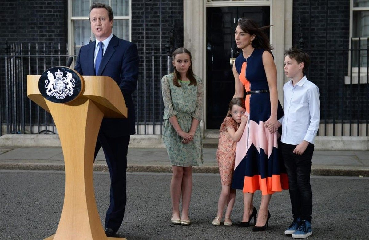 David Cameron, tras presentar, el pasado julio su dimisión a la Reina. Junto a él, su esposa, Samantha, y sus hijos Nancy, Florence y Elwen.