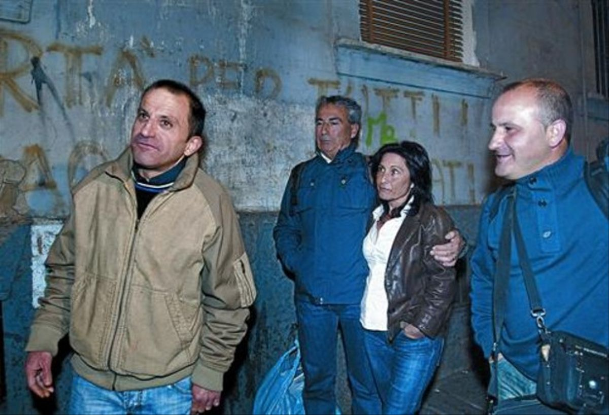 Felicidad 8 Sánchez, acompañado de amigos y familiares, justo después de quedar en libertad, el pasado miércoles en Nápoles.
