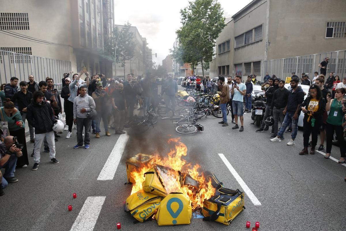 Concentración en protesta por la muerte de un repartidor de Glovo frente a la sede la empresa, en la calle de Pallars.