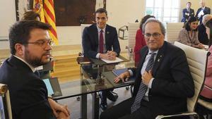 ERC exige al Gobierno que cumpla con el diálogo antes de negociar las cuentas. En la foto, el 'president' de la Generalitat, Quim Torra, y el 'vicepresident' Pere Aragonès, junto al presidente del Gobierno, Pedro Sánchez, en la primera reunión de la mesa de diálogo en febrero.