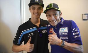 Los hermanos Luca Marini y Valentino Rossi celebran el tercer puesto del primero en Alemania.
