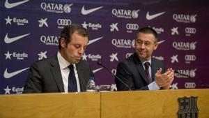 Bartomeu aplaude a Rosell tras presentar este su renuncia a la presidencia del Barça, en el 2014.