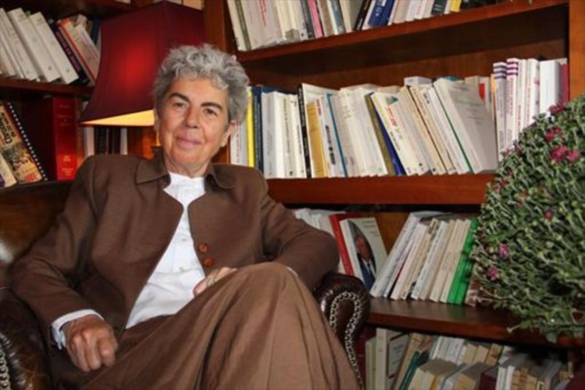 Chantal Delsol, en el despacho de su casa de París, el pasado martes.