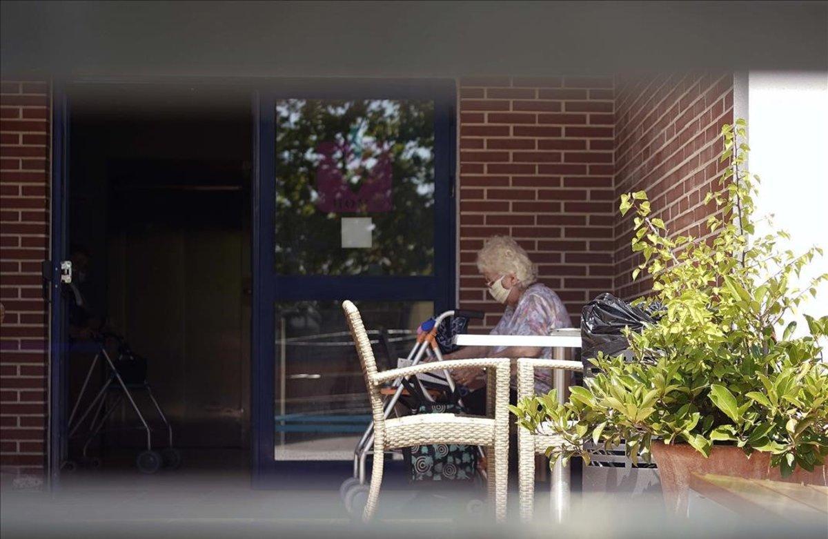Una mujer en un geriátrico de Madrid.