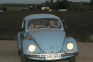 La alcaldesa de Madrid, Manuela Carmena, y el expresidente de Uruguay José Mujica, en el Volkswagen Fusca.