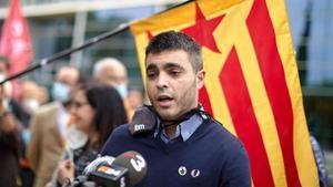 Jordi Alemanya su llegada este juebes por lamañana a la Audiencia Provincial de Gironaen donde hoy ha sido juzgado de entrar por la fuerza en la delegación de la Generalitat en Girona y descolgar la bandera española el 1 de octubre de 2019.