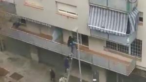 Veïns de Terrassa aconsegueixen foragitar dos okupes entrant al pis pel balcó