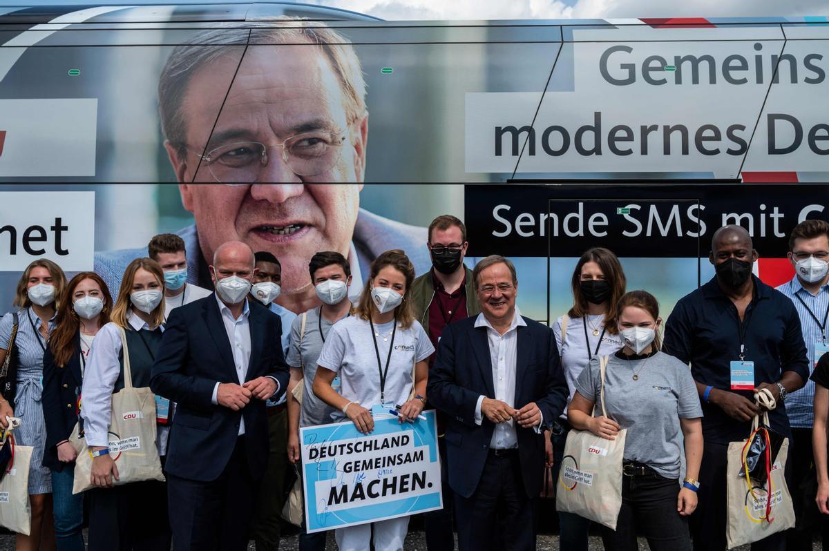 El candidato de la CDU a la cancillería alemana, Armin Laschet, posa con voluntarios de la campaña, este sábado en Berlín.