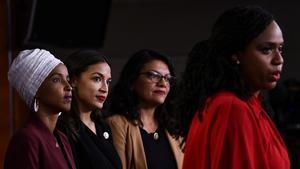 Lacongresista demócrata AlexandriaOcasio-Cortez, segunda por la izquierda, junto a sus compañeras de bancadaAyanna Pressley, Ilhan Abdullahi Omar yRashida Tlaib.
