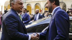 Matteo Salvini, vicepresidente del Gobierno y ministro del Interior de Italia, y Víktor Orbán, primer ministro de Hungría, en Milán, el 28 de agosto del 2018.
