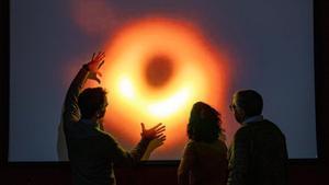 Investigadores observan entusiasmados la primera imagen de un agujero negro