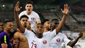 El centrocampista Madibo (c) celebra junto a sus compañeros el triunfo de Catar en la Copa de Asia.
