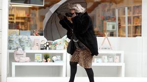 GRAF5038  LUGO  03 04 2019 - Una mujer se protege de la lluvia caida hoy en Lugo  El jueves llegara a Galicia un frente frio con el avance del dia  de forma que los cielos estaran nublados en general  con lluvias que comenzaran por el oeste durante la manana y que se extenderan al resto de la comunidad  EFE  Eiseo Trigo