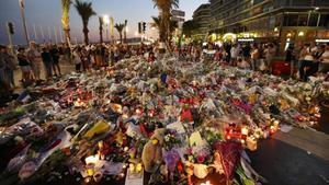 Imagen del 18 de julio en el Paseo de los Ingleses de Niza, donde los ciudadanos montaron un memorial en honor a las víctimas del atentado.