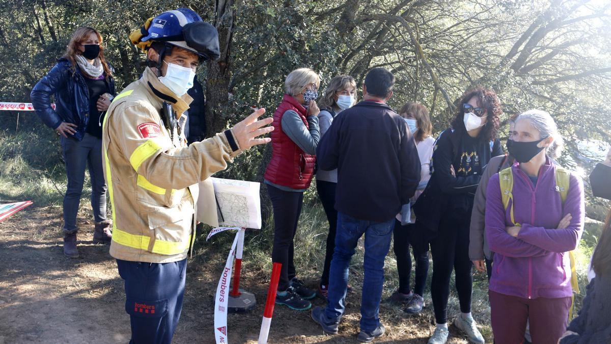 Voluntarios dirigidos por el responsable de Bombers, al inicio de la búsqueda.