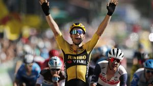 El belga Van Aert entra triunfador en la séptima etapa del Tour.