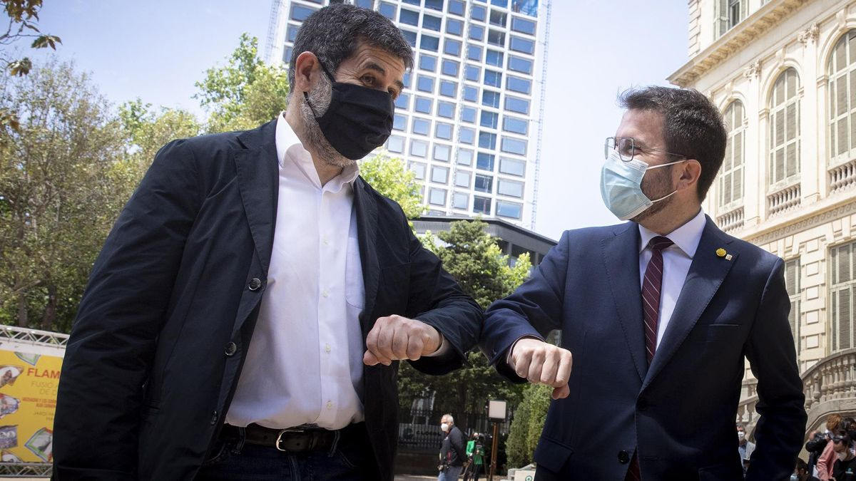 Pere Aragonès y Jordi Sànchez escenifican el acuerdo para formar gobierno en Catalunya.