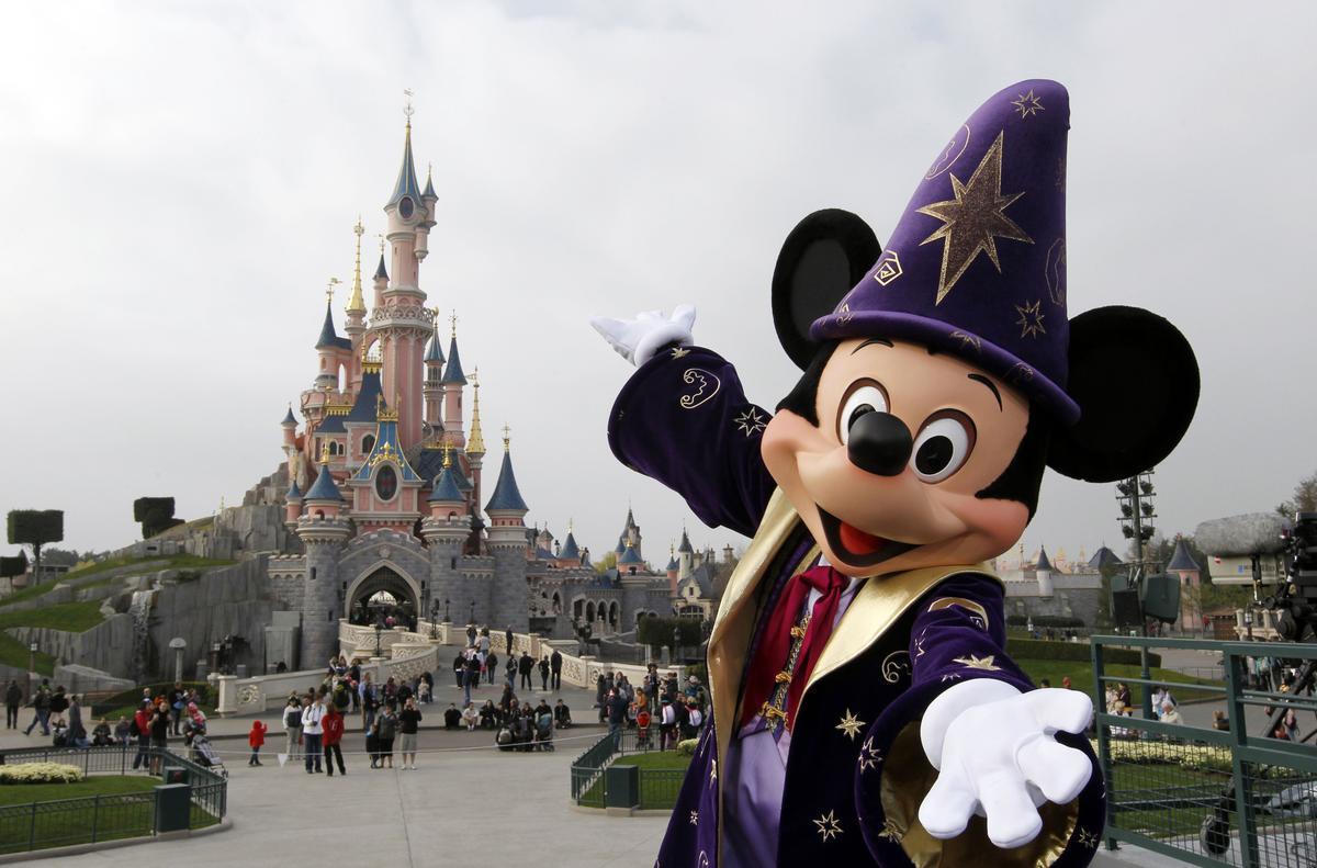 Mickey Mouse en el parque Disneyland, cerca de París.