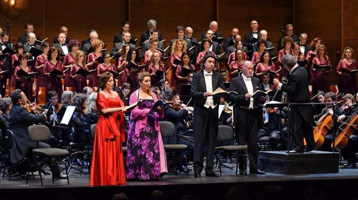 La orquesta y el coro del Gran Teatre del Liceu interpretan el 'Requiem' de Mozart'.