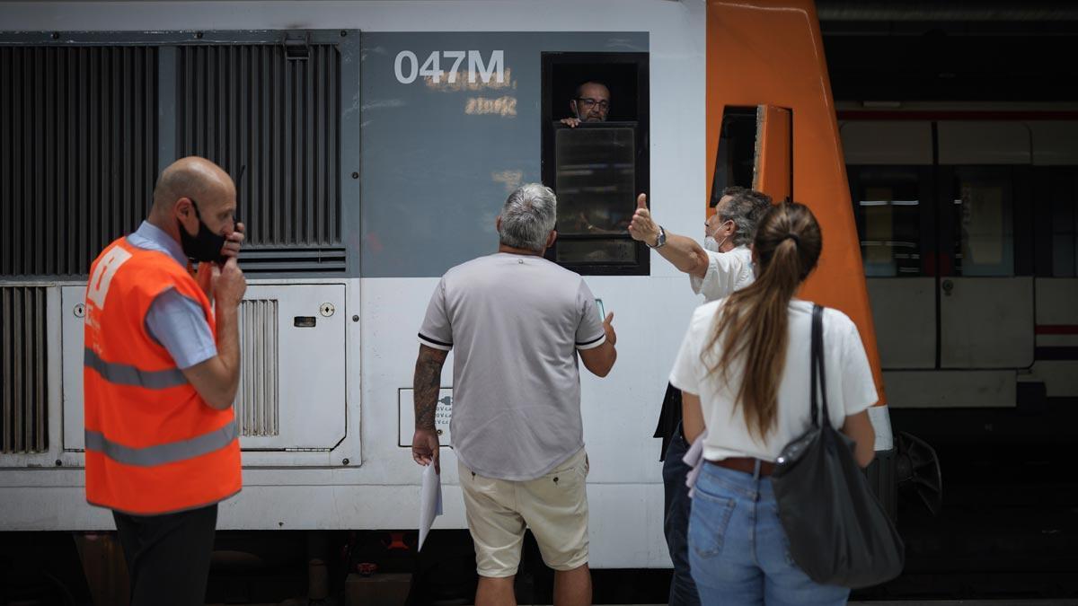 Unos pasajeros protestan a un maquinista de Renfe, durante la primera jornada de huelga, en la estación de Sants.