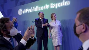Acto de presentación de El Periódico de España: Javier Moll y Arantza Sarasola, en presencia de Aitor Moll.