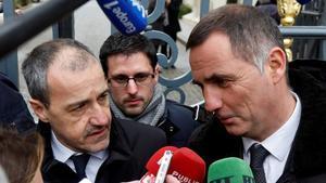 Gilles Simeoni (a la derecha) y Jean-Guy Talamoni (a la izquierda), los líderes nacionalistas corsos, atienden a la prensa a la salida del ministerio francés de Interior.