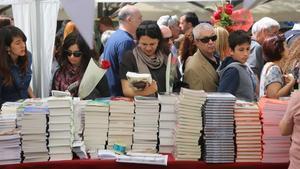 Un puesto de libros el día de Sant Jordi del 2017.