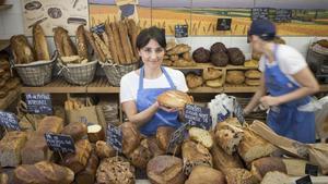 Anna Bellsolà, con el pan 'Barceloneta', en honor al barrio donde tiene uno de sus locales.