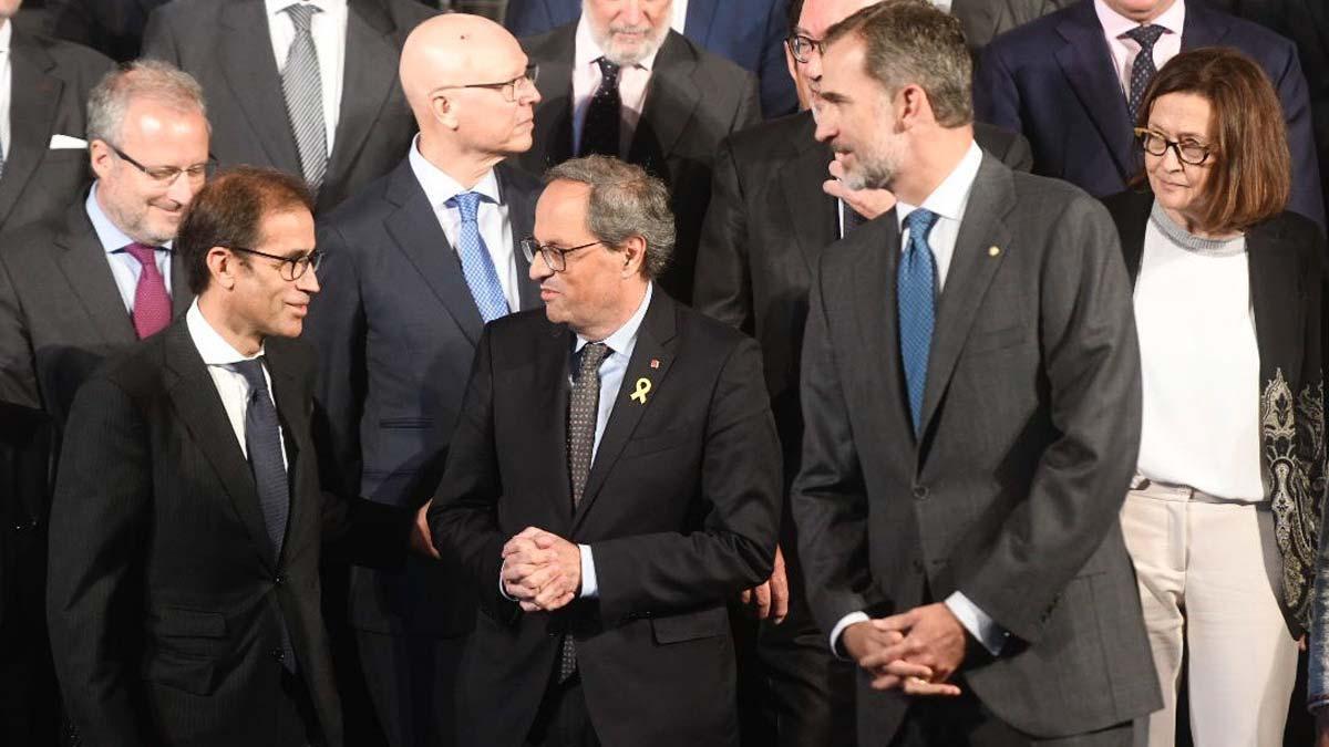 El presidente de la Generalitat, Quim Torra, ha evitado este viernes situarse entre las autoridades que han recibido al Rey a su llegada a la Feria de Barcelona para inaugurar el Salón del Automóvil, pero ambos se han saludado ya en el interior del pabellón que ha acogido el acto inaugural.