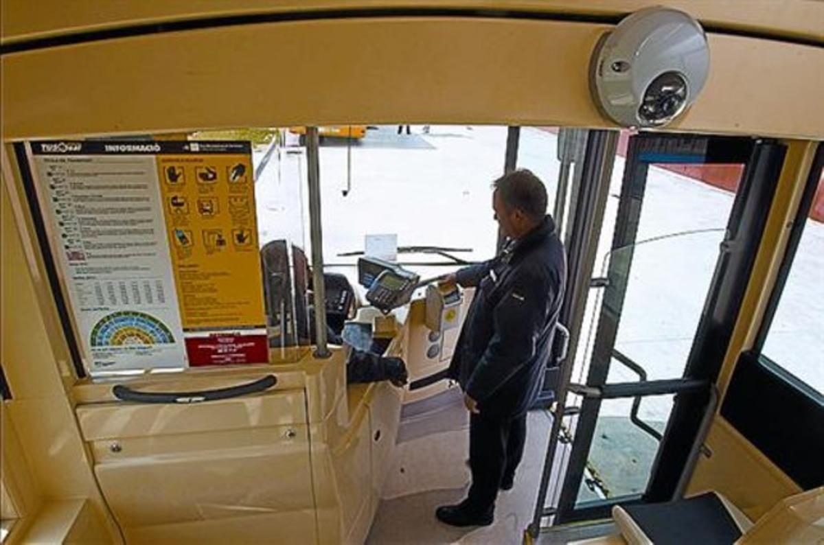 Una de las cámaras de un vehículo del Nitbus en Sant Joan Despí, ayer.