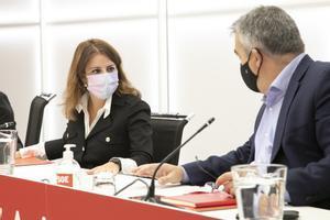 La vicesecretaria general del PSOE, Adriana Lastra, conversa con el secretario de Organización, Santos Cerdán, durante la reunión de la ejecutiva permanente del PSOE, este 27 de septiembre de 2021 en Ferraz.