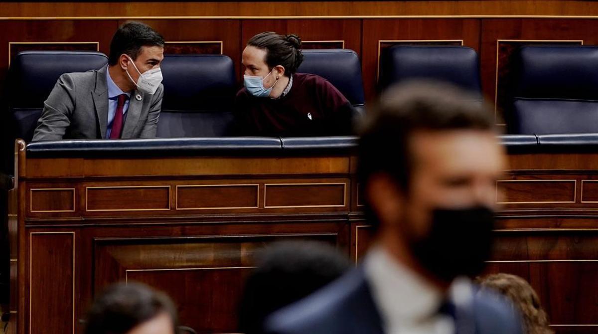 Pedro Sánchez y Pablo Iglesias y, en primer término, Pablo Casado, en el Congreso.