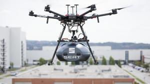 Un dron sobrevuela la fábrica de Seat en Martorell.